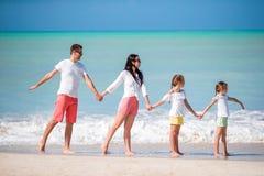 Lycklig härlig familj på stranden arkivfoton