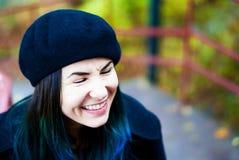 Lycklig härlig flicka i svart basker Kvinna med blåtthår Royaltyfri Foto