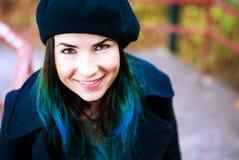 Lycklig härlig flicka i svart basker Kvinna med blåtthår Royaltyfri Bild