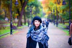 Lycklig härlig flicka i svart basker Kvinna med blåtthår Arkivfoto
