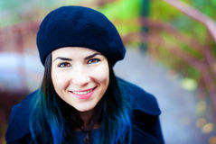 Lycklig härlig flicka i svart basker Kvinna med blåtthår Royaltyfri Fotografi
