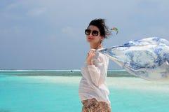 Lycklig härlig kvinna som går på stranden med vit sand Arkivbilder