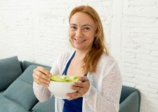 Lycklig härlig kvinna som ler rymma sund sallad för ny grönsak i sunt livsstilbegrepp royaltyfria foton