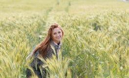 Lycklig härlig le ung kvinna i höstfältet Arkivfoto