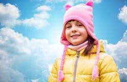 Lycklig härlig liten flickastående över blå himmel Arkivbild