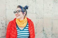 Lycklig härlig modehipsterkvinna med färgrik hårlaughin arkivfoton