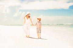 Lycklig härlig moder och son som tycker om strandtid Royaltyfria Foton