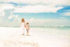 Lycklig härlig moder och son som tycker om strandtid Arkivbilder