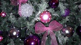 lycklig härlig purpurfärgad idérik garnering för feriejulgran för lyxiga hus Royaltyfri Foto
