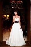 Härlig sexig brud i vitbröllopsklänning Arkivbilder