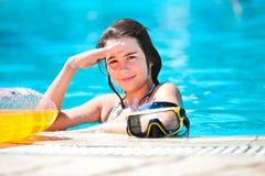 Lycklig härlig teen flicka som ler på pölen Fotografering för Bildbyråer