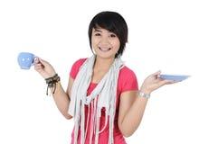 Lycklig härlig tonårs- flicka som rymmer en kopp Arkivfoto