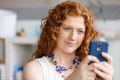 Lycklig härlig ung affärskvinna som använder smart le för telefon Fotografering för Bildbyråer