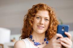 Lycklig härlig ung affärskvinna som använder smart le för telefon Arkivbilder