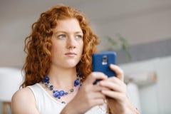 Lycklig härlig ung affärskvinna som använder smart le för telefon Arkivbild