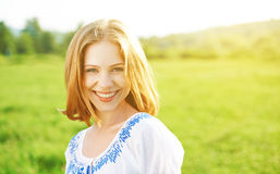 Lycklig härlig ung kvinna som skrattar och ler på naturen