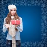 Lycklig hållande gåva för ung kvinna över vinterbakgrund Royaltyfria Foton