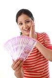 Lycklig hållande indier för ung kvinna 2000 rupieanmärkningar royaltyfri fotografi