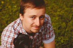 Lycklig hållande kamera för ung man som tar fotofotografen Royaltyfri Foto