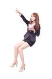 Lycklig hållande rosa spargris för affärskvinna Royaltyfri Bild