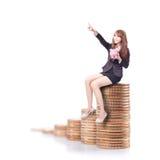 Lycklig hållande rosa spargris för affärskvinna Arkivfoto