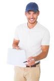 Lycklig hållande skrivplatta för leveransman Royaltyfri Foto