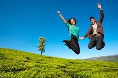 lycklig hög banhoppning för par Arkivfoto