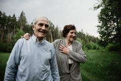 Lycklig hög familj som tycker om spendera tid tillsammans royaltyfria foton