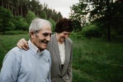 Lycklig hög familj som tycker om spendera tid tillsammans royaltyfri bild
