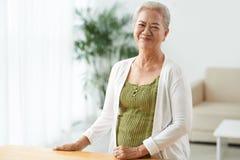 lycklig hög kvinna Fotografering för Bildbyråer