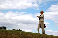 lycklig hög kvinna för affär arkivfoton