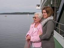 Lycklig hög kvinna med den unga dottern arkivbild