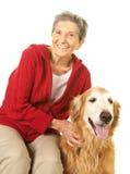 Lycklig hög kvinna med hennes golden retriever Royaltyfri Fotografi