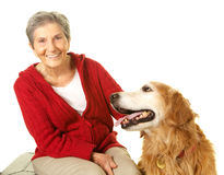 Lycklig hög kvinna med hennes golden retriever Fotografering för Bildbyråer