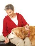 Lycklig hög kvinna med hennes golden retriever Arkivfoton