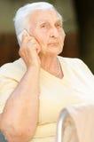 Lycklig hög kvinna på telefonen Royaltyfri Fotografi