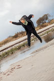 Lycklig hög kvinna som stojar på stranden royaltyfri foto