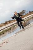 Lycklig hög kvinna som stojar på stranden fotografering för bildbyråer