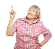 Lycklig hög kvinna som uppåt pekar Royaltyfri Foto