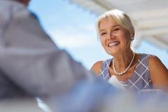 Lycklig hög kvinna som uttrycker hennes positiva sinnesrörelser arkivfoto