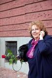 Lycklig hög kvinnatelefon g/m2 Royaltyfria Bilder