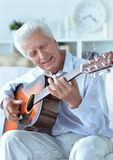 Lycklig hög man med gitarren Royaltyfria Bilder
