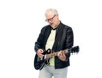 Lycklig hög man som spelar den elektriska gitarren Arkivfoto