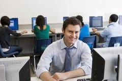 Lycklig högstadiumlärare In Computer Lab royaltyfria bilder