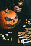 Lycklig halloween förberedelse Allhelgonaaftonpumpa, sötsaker, tomteblosset och halloween kort som göras av hantverket, skyler öv Arkivbild