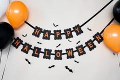 Lycklig halloween partigirland med luftballonger Arkivfoto
