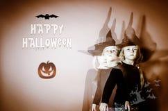 Lycklig halloween vykort med barn i häxahatt Royaltyfri Bild