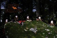 Lycklig halloween vykort med barn i skogen Fotografering för Bildbyråer