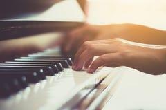Lycklig hand för kvinna` som s spelar pianot royaltyfri fotografi