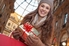 Lycklig handelsresandekvinna med shoppingpåsar i Milan, Italien fotografering för bildbyråer